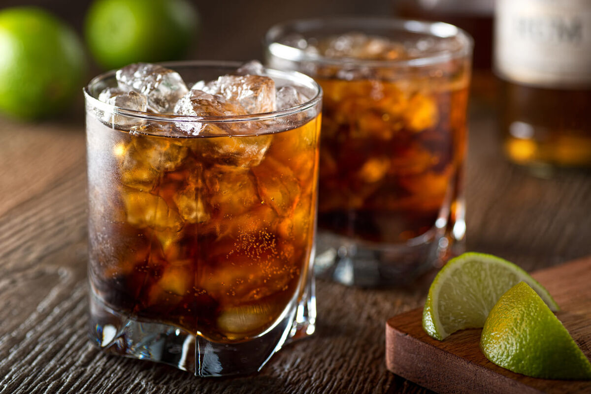 ラム酒はカロリー高め?糖質制限中にもおすすめな理由と飲み方のアイキャッチ