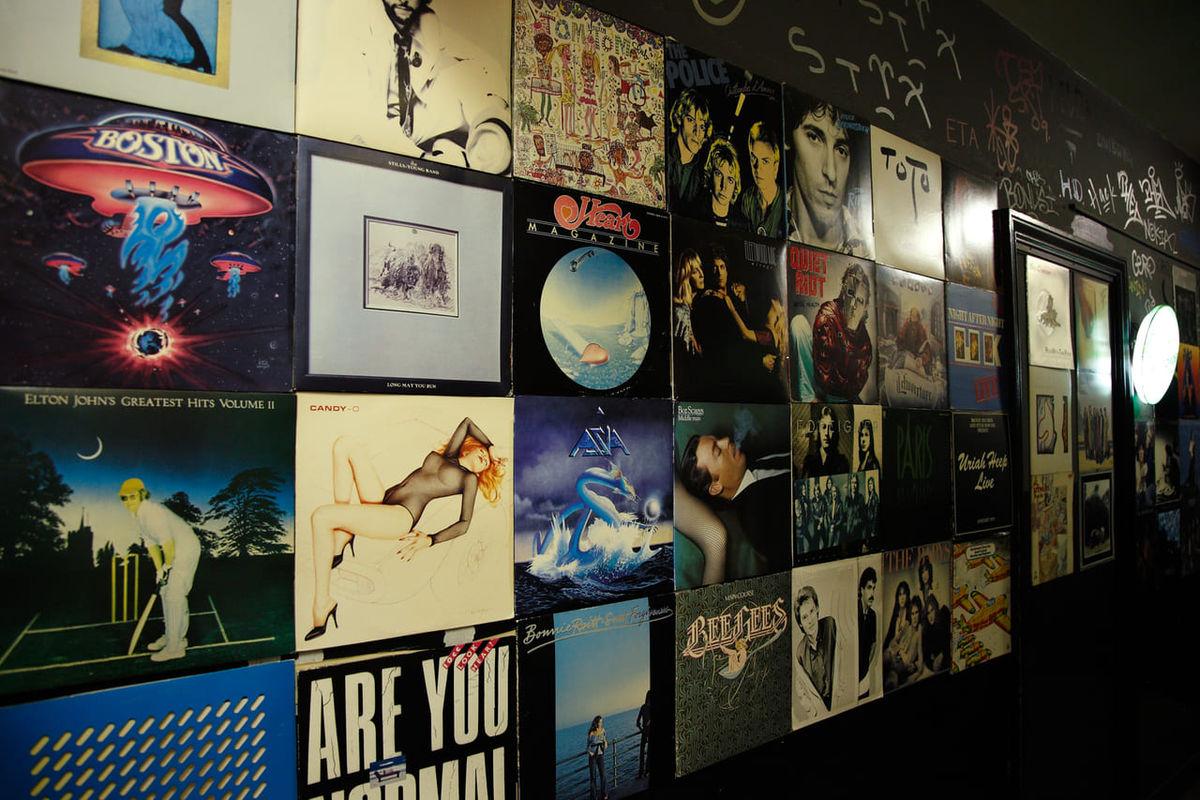 ロック好き集まれ。骨の髄までロックに浸かる渋谷の老舗レコードバー「STRAWBERRY FIELDS」(東京・渋谷)のアイキャッチ