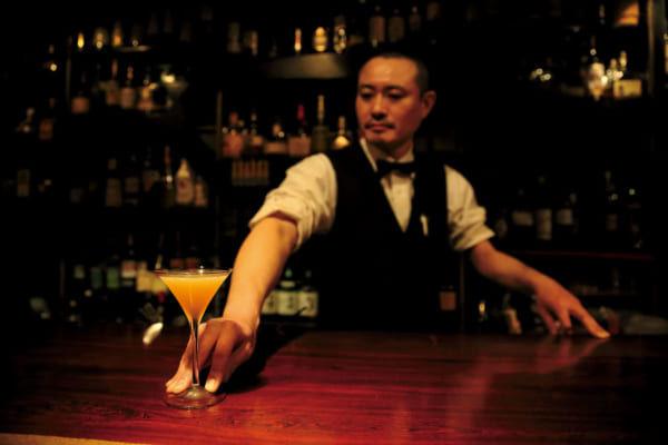 「〈行きたい東京のBAR〉伝説のバー「いそむら」のイズムを引き継ぐ名店【 Bar Cartier 】(北千住)┃TOKYO BAR STORY」のアイキャッチ画像