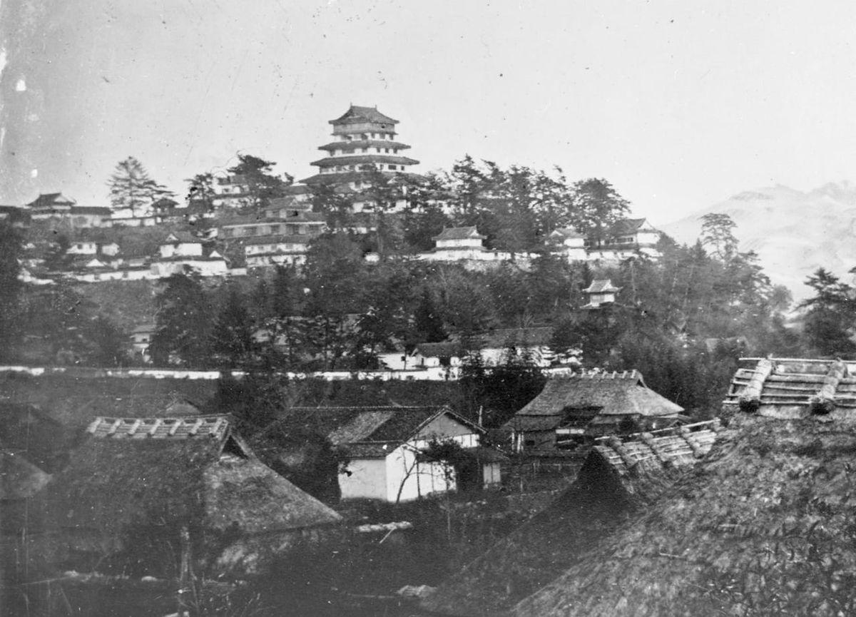 中央に5重5階の天守と一段下の二の丸を望む「津山城」(岡山県津山市)|77棟もの櫓が建ち並んだ城〈古写真で見る失われた名城〉のアイキャッチ