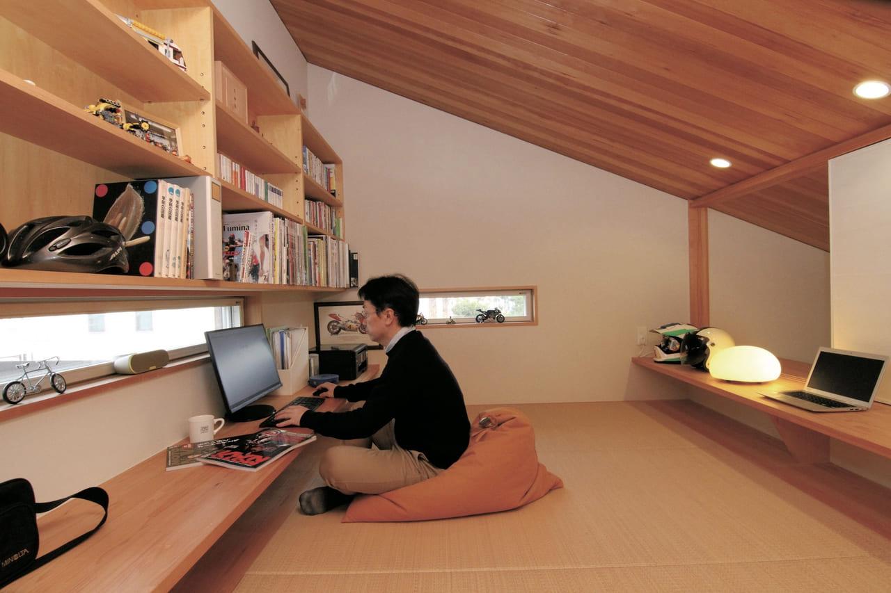 秘密基地のようなワクワク感。バイクガレージの屋根裏に造った隠れ部屋〈静岡県 藤田邸〉|小さな秘密基地の造り方のアイキャッチ