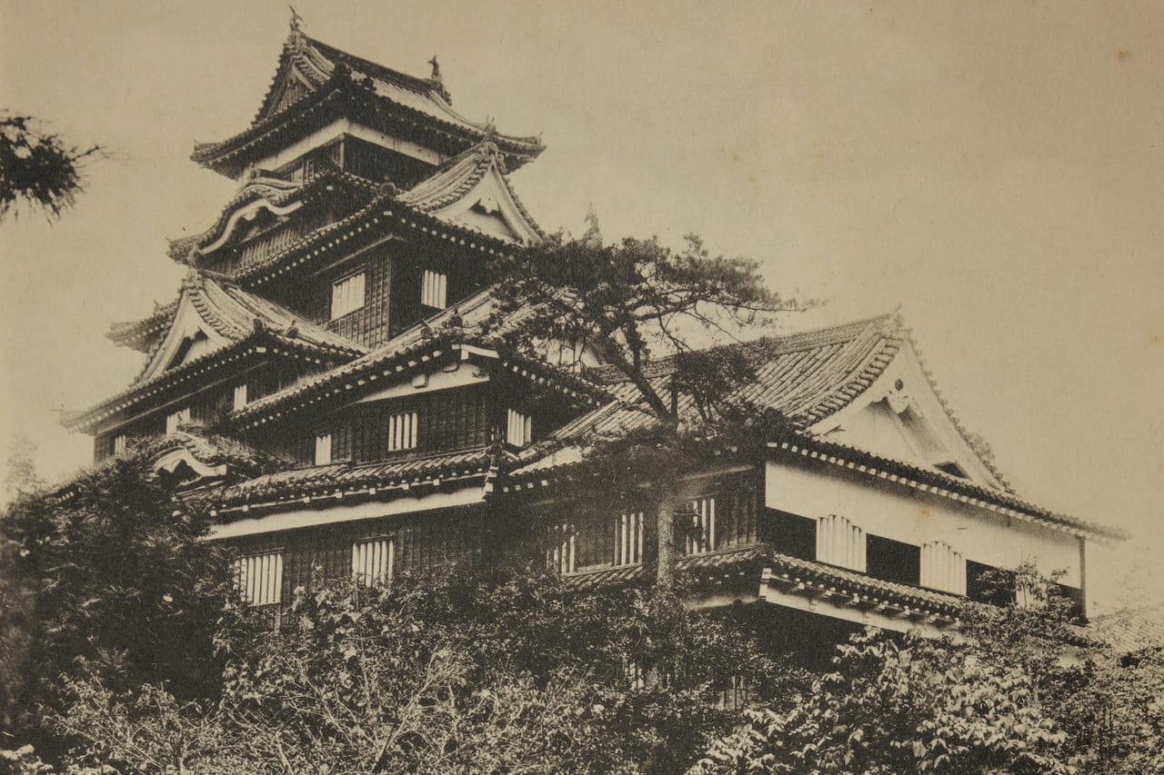 古写真で見る失われた名城「岡山城」(岡山県岡山市)|燦然と金箔瓦が輝く5重6階の黒色の城のアイキャッチ