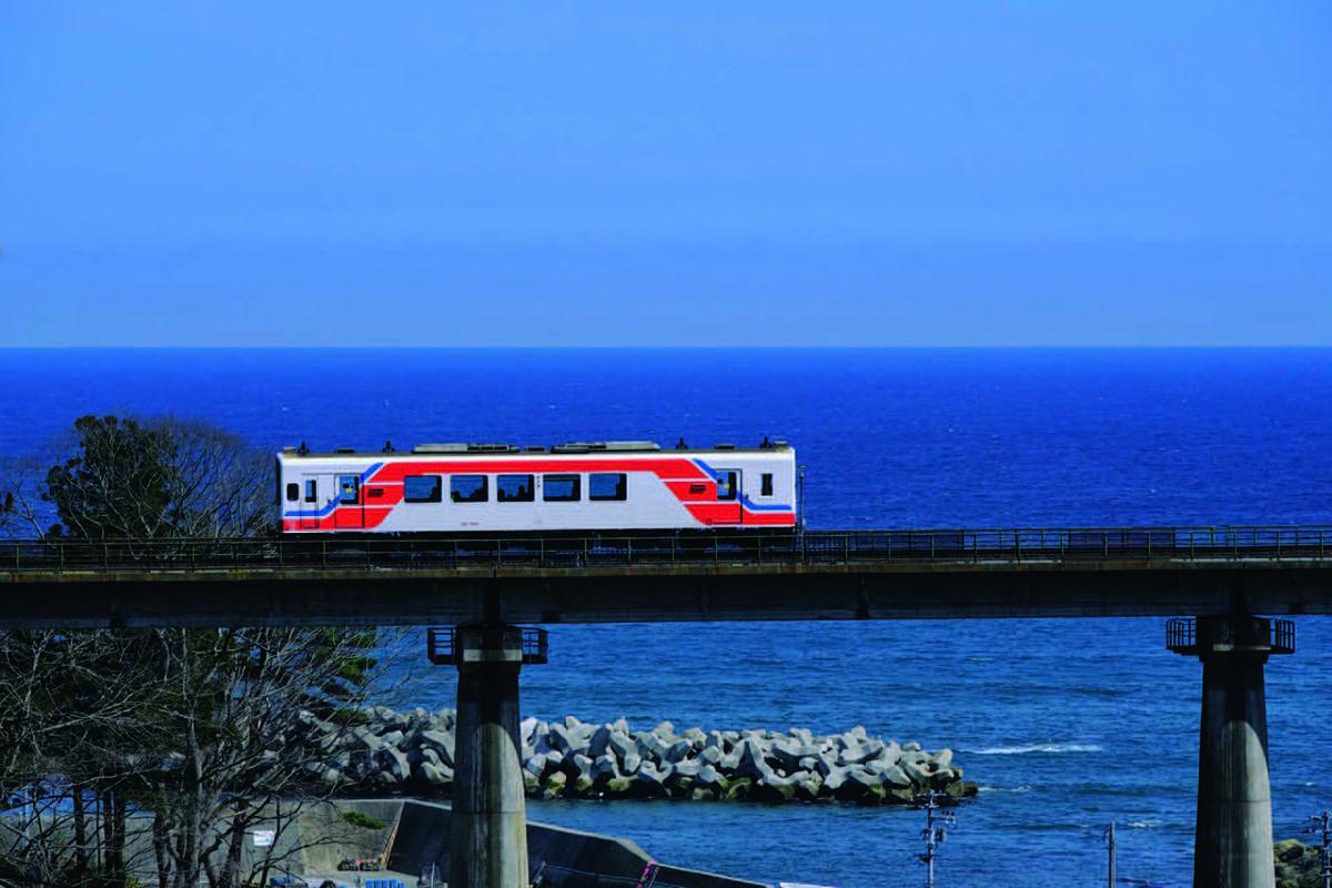 果てしない海を望み、走り続ける復興の象徴「三陸鉄道リアス線」(岩手県・盛駅〜久慈駅)|追憶のローカル線2020のアイキャッチ