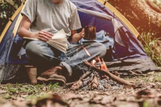 「ソロキャンプ初心者必見!おすすめの道具や始め方&楽しみ方を解説」のアイキャッチ画像