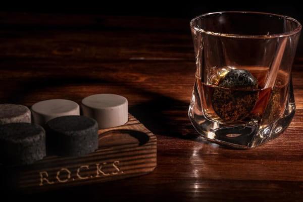 """「氷が溶けない! 味が薄まらない! ドリンクを瞬時に冷やす天然石アイスキューブ""""ROCKS""""で、おいしい酒を。Makuakeで日本初上陸」のアイキャッチ画像"""