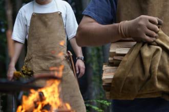 """「ワイルドなかっこよさ!キャンプでガシガシ使いたい一枚革の""""焚き火エプロン""""。汚れも傷も自分らしい""""味""""になる」のアイキャッチ画像"""