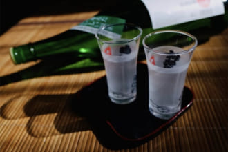 「焼酎のお湯割りを美味しく作る5つのコツとは?大人のお酒の嗜み方」のアイキャッチ画像