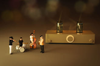「レトロな温かいサウンド。「真空管アンプ」の独特な音響を体感したい! 基本と特徴、選び方を解説」のアイキャッチ画像