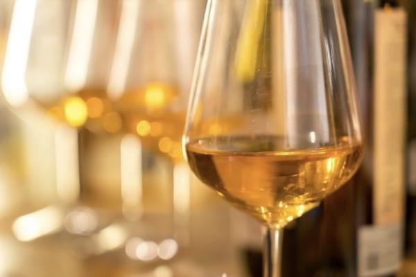 「世界的に人気沸騰中! ソムリエに聞く大人のオレンジワインの嗜み方」のアイキャッチ画像