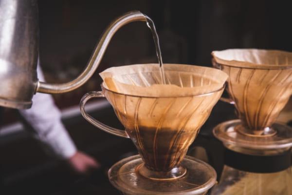 「自分の理想の一杯を。コーヒーをハンドドリップで美味しく入れる! ポイントとテクニックを紹介」のアイキャッチ画像