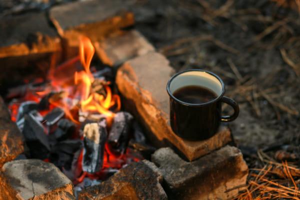 「アウトドアでも美味しいコーヒーを淹れられる抽出器具を紹介! 大自然の中で至福の一杯を楽しもう」のアイキャッチ画像